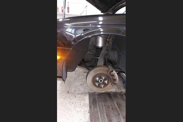 ジャガー XJ フロントの車高が下がる 点検 修理